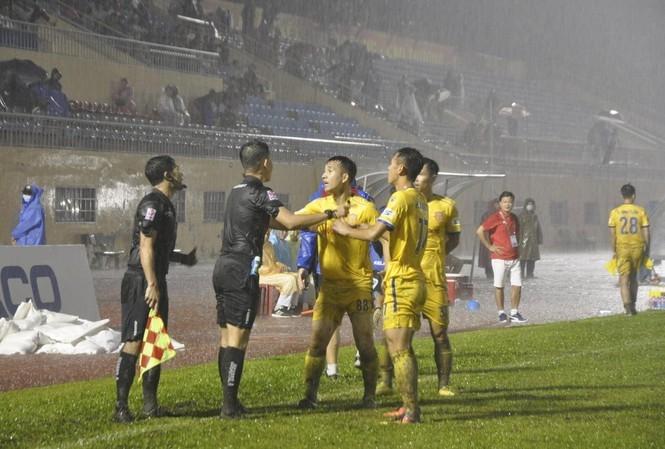 Trọng tài mắc sai lầm bắt việt vị: 'Ân hận cả đời nếu Nam Định xuống hạng' - 1