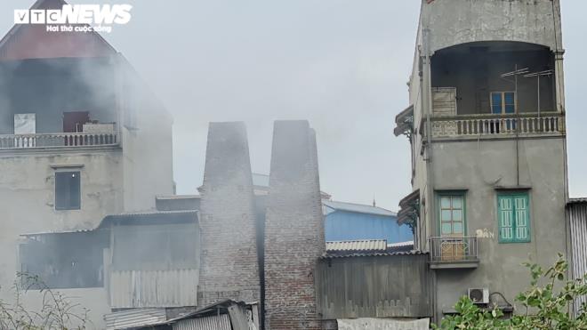 Kinh hãi 300 ống khói xả thẳng lên trời ở làng tái chế nhôm lớn nhất miền Bắc - 4