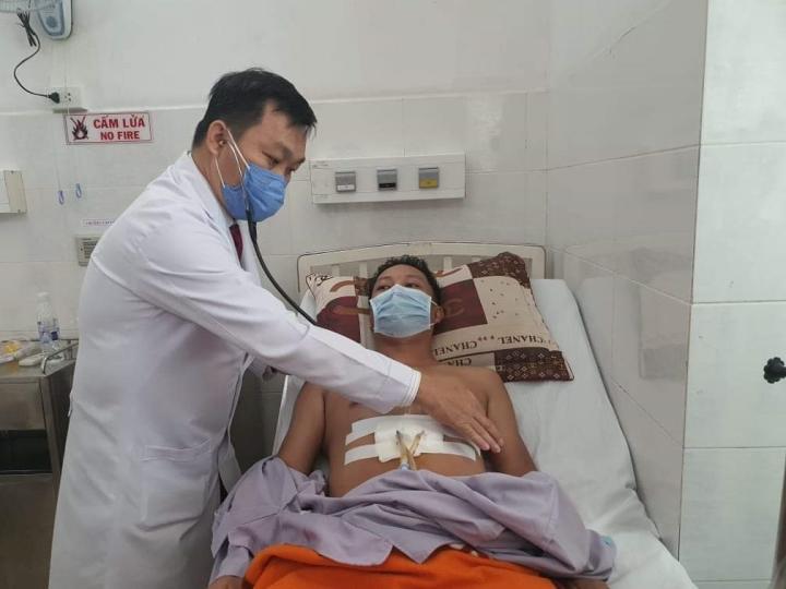 Bác sĩ 'vượt' hết quy trình cứu nam thanh niên bị đâm thấu ngực - 1