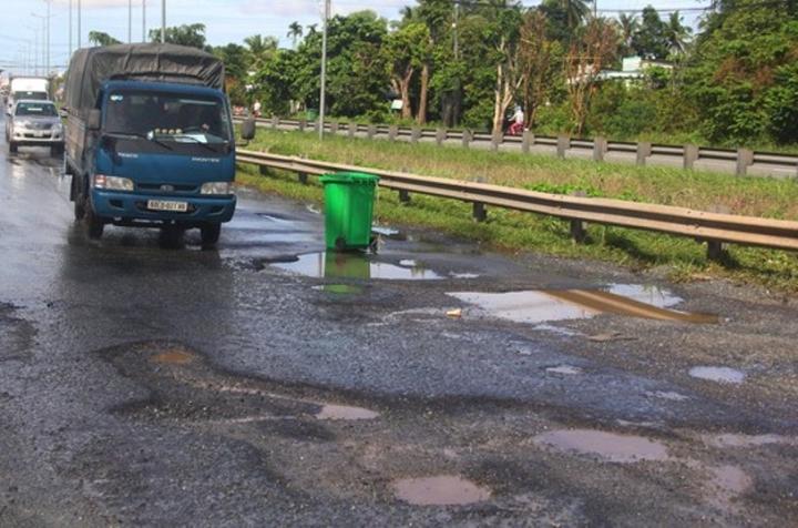 Nhiều đoạn Quốc lộ ở miền Tây bị hư hỏng nặng do mưa lớn kéo dài - 3