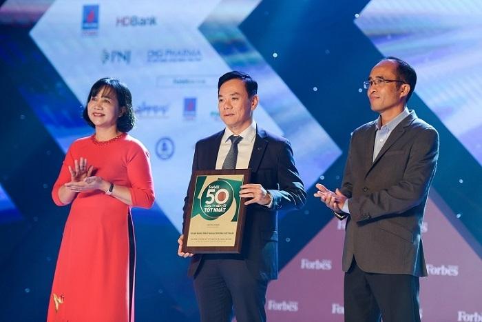 Vietcombank 8 năm liên tiếp nằm trong Top 50 công ty niêm yết tốt nhất Việt Nam - 1
