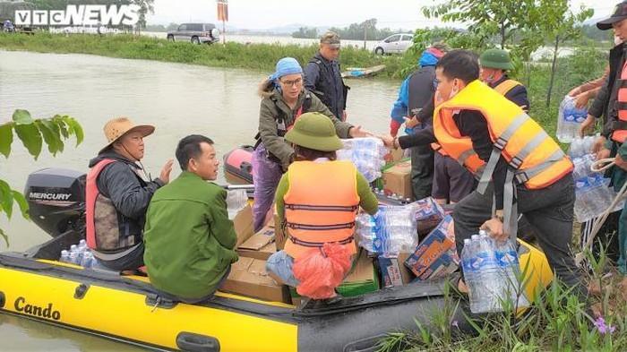 Hàng hóa cứu trợ miền Trung ứ đọng rất nhiều: Thứ trưởng Quốc phòng lý giải - 1