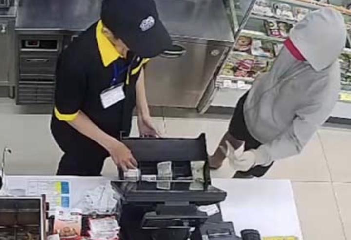Bắt kẻ cướp tiền trong cửa hàng tiện lợi - 1