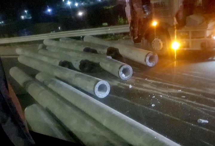 Xe đầu kéo làm rơi cột điện, văng vào xe khách trên cao tốc Pháp Vân - Cầu Giẽ - 1