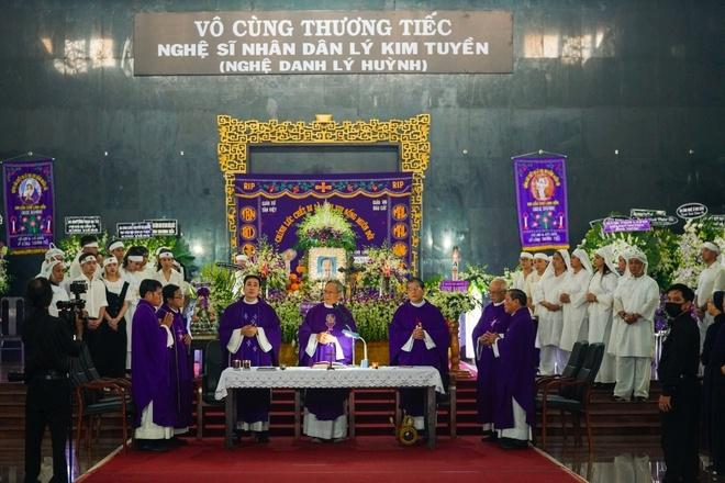 Gia đình nghẹn ngào tiễn đưa linh cữu NSND Lý Huỳnh - 2
