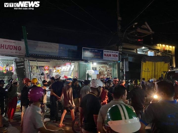 Xe tải đâm ôtô, tông hàng loạt xe máy, lao vào nhà dân: 7 người thương vong - 2