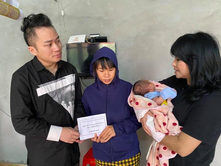 Thanh Lam - Tùng Dương trực tiếp tặng tiền mặt cho các hộ gia đình ở Hà Tĩnh - 2