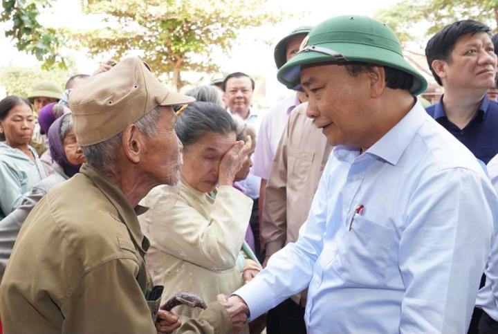 Ảnh: Thủ tướng thăm hỏi, động viên bà con vùng lũ - 8