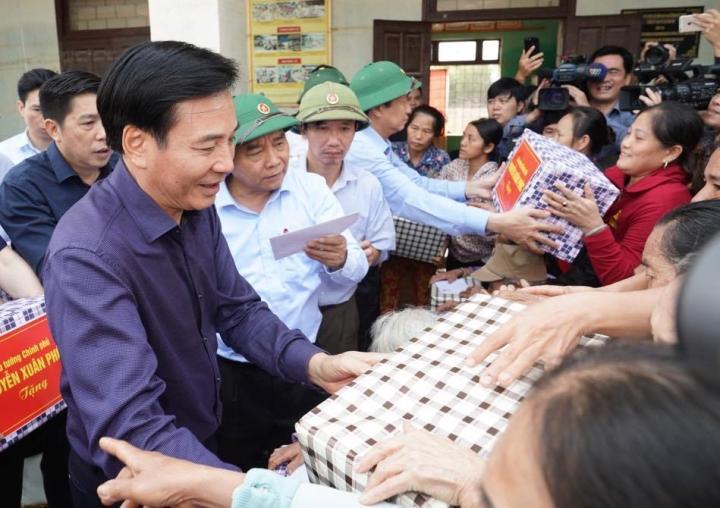 Ảnh: Thủ tướng thăm hỏi, động viên bà con vùng lũ - 4