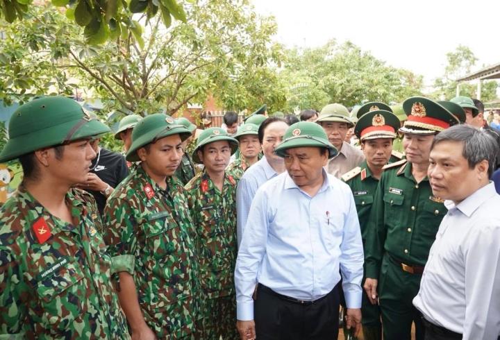 Ảnh: Thủ tướng thăm hỏi, động viên bà con vùng lũ - 10