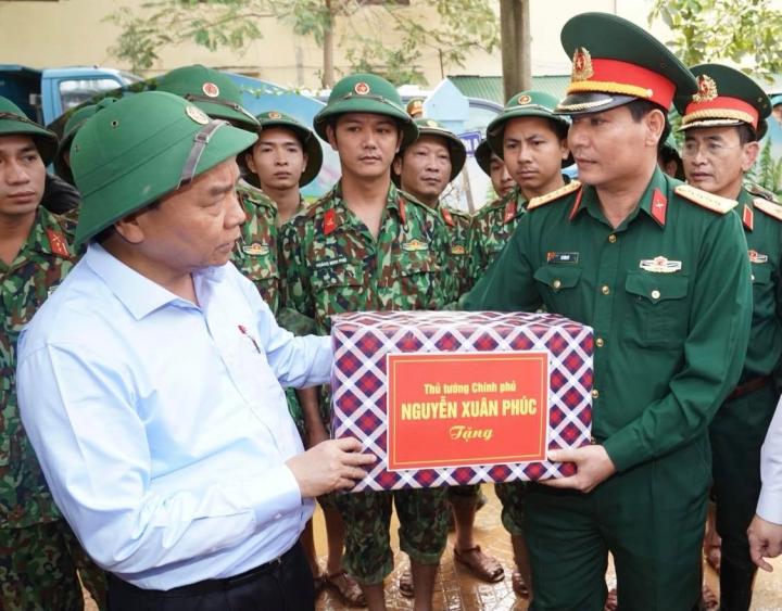 Thủ tướng: Giải quyết vấn đề cứu trợ, không gây khó khăn cho các nhà hảo tâm - 1
