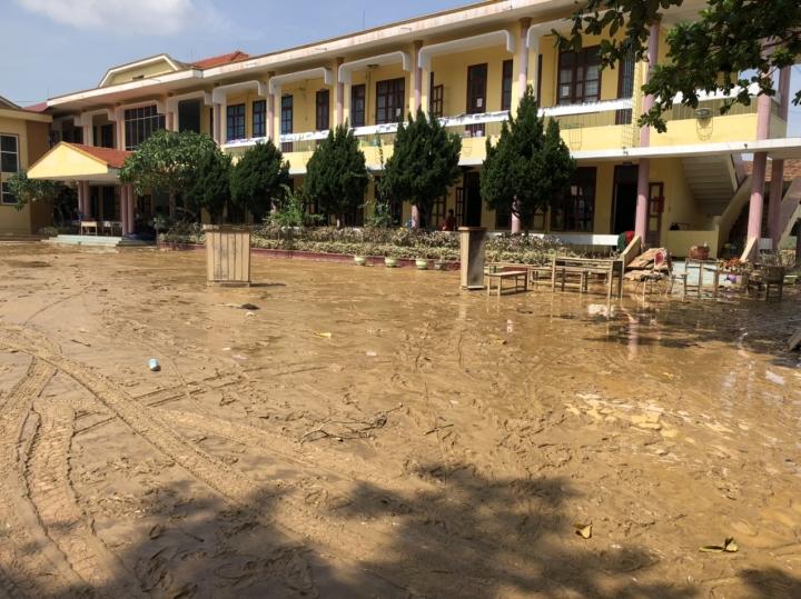 Trường lớp tan hoang sau lũ, giáo viên nỗ lực khắc phục sớm đón học sinh - 2