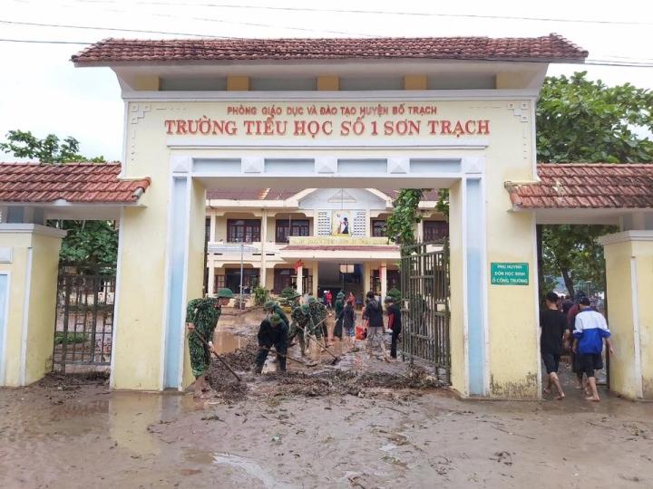 Trường lớp tan hoang sau lũ, giáo viên nỗ lực khắc phục sớm đón học sinh - 3