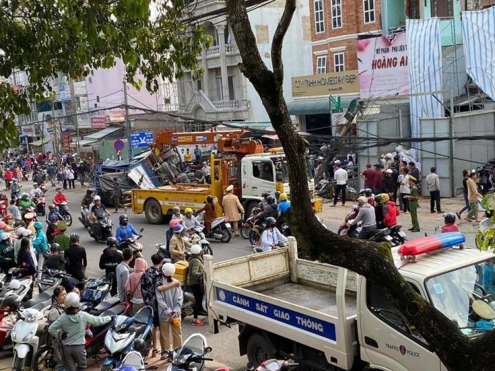 Xe tải lùa hàng loạt xe máy, tông gãy trụ điện - 2