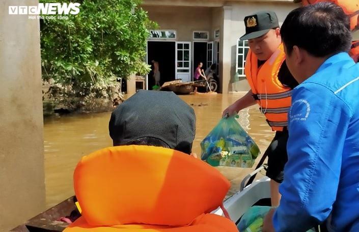 Ảnh: Bộ đội, công an xuyên đêm dầm mình trong mưa lũ đưa dân đến nơi an toàn - 2