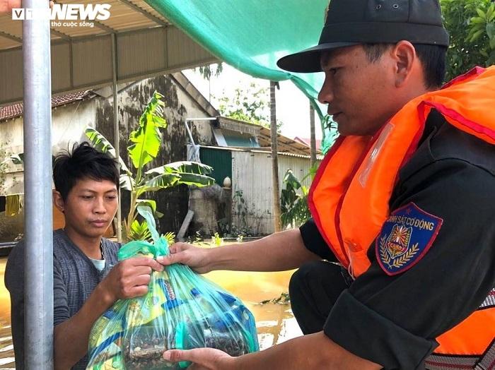 Ảnh: Bộ đội, công an xuyên đêm dầm mình trong mưa lũ đưa dân đến nơi an toàn - 3