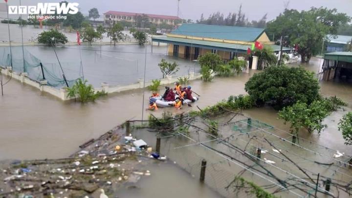 Ảnh: Bộ đội, công an xuyên đêm dầm mình trong mưa lũ đưa dân đến nơi an toàn - 1