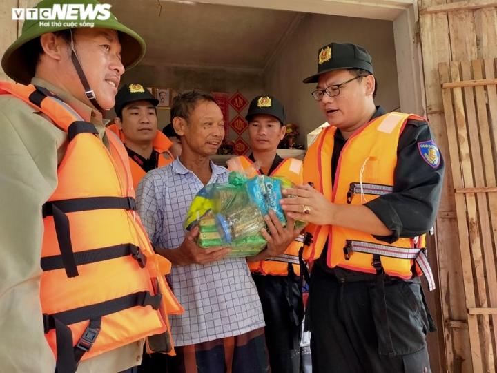 Ảnh: Bộ đội, công an xuyên đêm dầm mình trong mưa lũ đưa dân đến nơi an toàn - 5