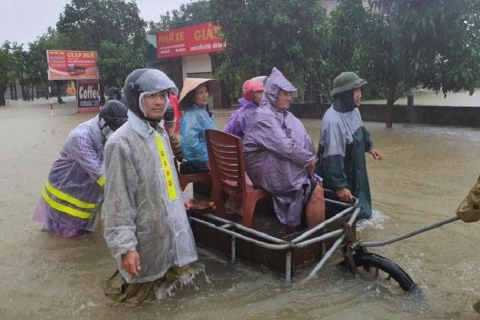 Ảnh: Bộ đội, công an xuyên đêm dầm mình trong mưa lũ đưa dân đến nơi an toàn - 8