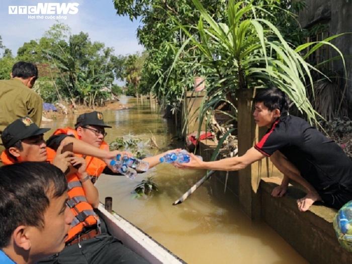 Ảnh: Bộ đội, công an xuyên đêm dầm mình trong mưa lũ đưa dân đến nơi an toàn - 4