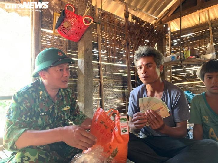 Thấy vàng trong túi áo cũ cứu trợ, dân nghèo vùng lũ nhờ trả lại người mất - 2