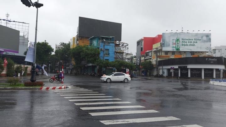 Trực tiếp: Bão số 9 áp sát Quảng Ngãi, mạnh cấp 12 - 12
