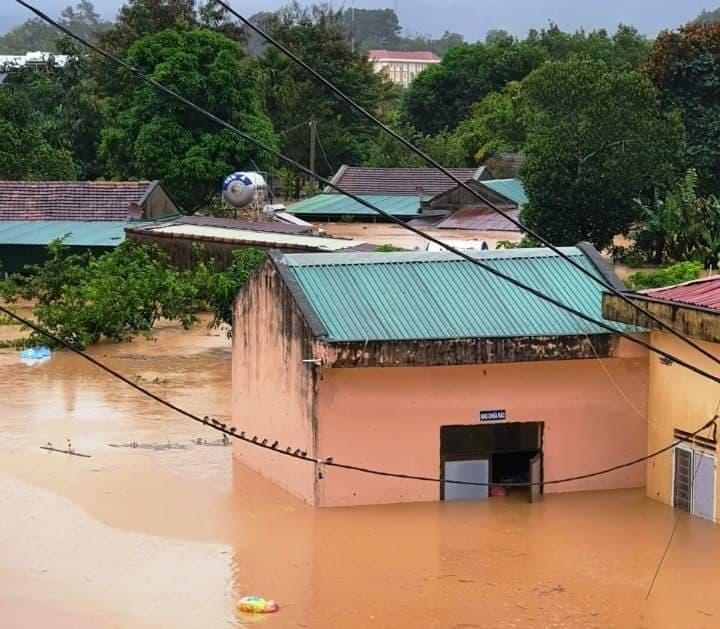 Kon Tum chìm trong biển nước, khẩn cấp di dời dân tránh sạt lở, ngập lụt - 4