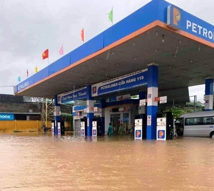 Kon Tum chìm trong biển nước, khẩn cấp di dời dân tránh sạt lở, ngập lụt - 3