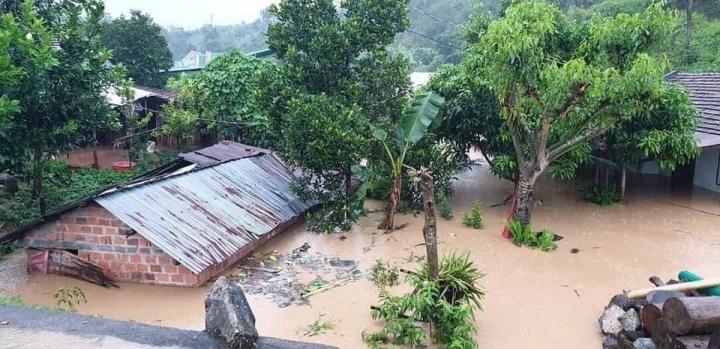 Kon Tum chìm trong biển nước, khẩn cấp di dời dân tránh sạt lở, ngập lụt - 7