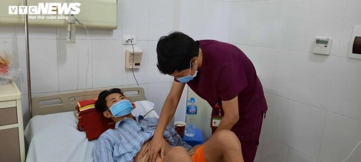 Không có tiền chữa bệnh, người phụ nữ ngậm ngùi xin bác sĩ cho con về nhà - 1