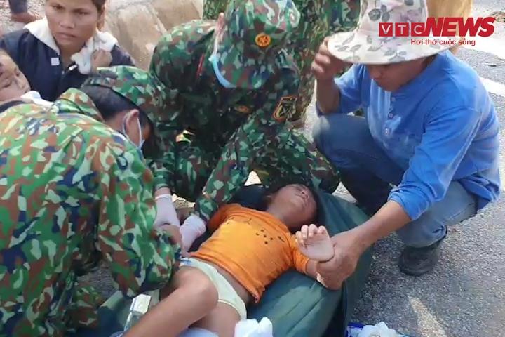 Video: Bác sĩ quân y sơ cứu khẩn cấp người dân bị thương do sạt núi