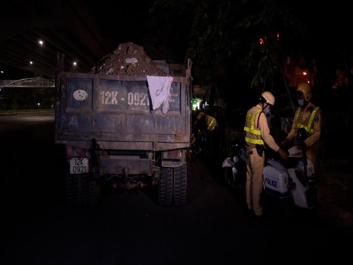 Video: CSGT chốt chặn, xử lý gần 100 xe quá khổ, quá tải, bôi bẩn phố Thủ đô