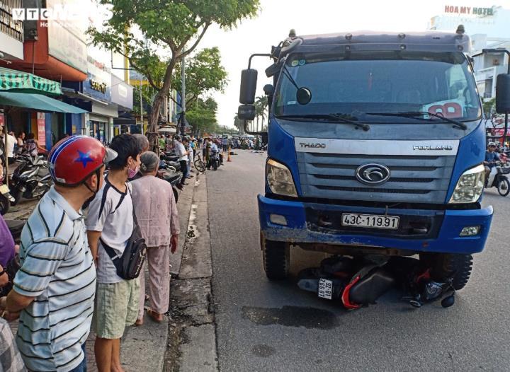 Rợn người cảnh xe máy dừng đèn đỏ bị xe tải cuốn, kéo lê hàng chục mét - 1