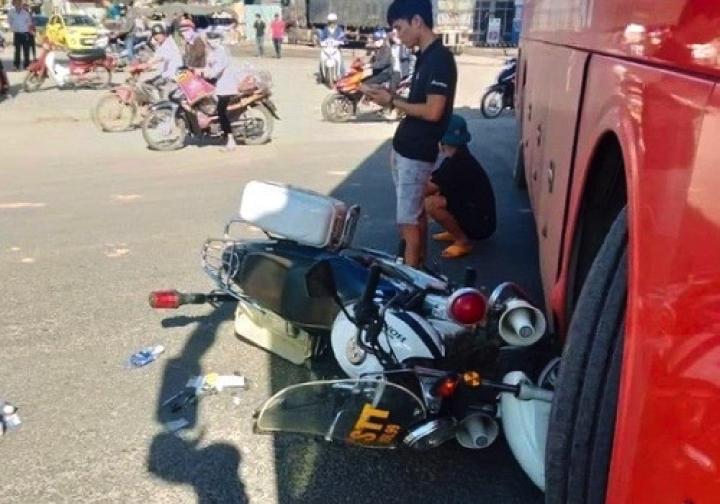 Mô tô cảnh sát ở Kon Tum va chạm với xe khách giường nằm