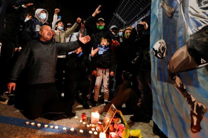 Maradona qua đời: Argentina tổ chức Quốc tang 3 ngày, CĐV đau đớn khóc thương - 7