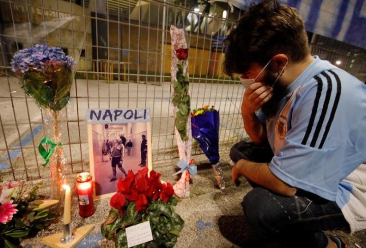 Maradona qua đời: Argentina tổ chức Quốc tang 3 ngày, CĐV đau đớn khóc thương - 11
