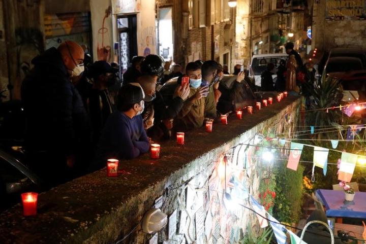 Maradona qua đời: Argentina tổ chức Quốc tang 3 ngày, CĐV đau đớn khóc thương - 8