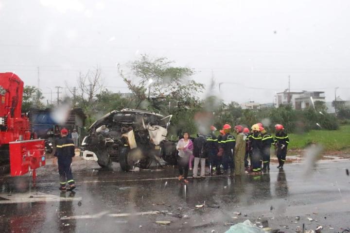Xe đầu kéo tông xe tải dừng đèn đỏ, tài xế chết thảm trong ca bin - 1