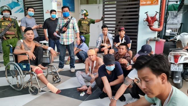 Nhóm côn đồ chặn ô tô 16 chỗ ở An Giang, đánh nhiều người bị thương nặng - 2