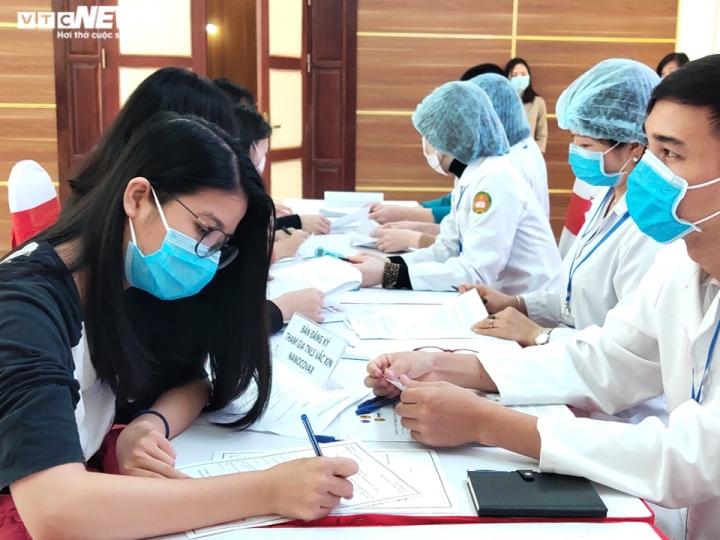 Cô gái đầu tiên đăng ký tiêm thử nghiệm vaccine COVID-19: 'Tôi có niềm tin' - 1