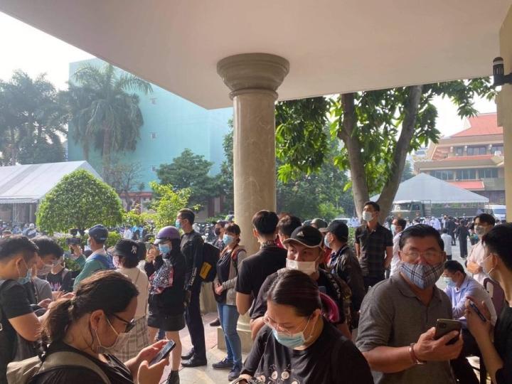 Hàng trăm người hâm mộ có mặt từ sớm tiễn đưa nghệ sĩ Chí Tài - 2