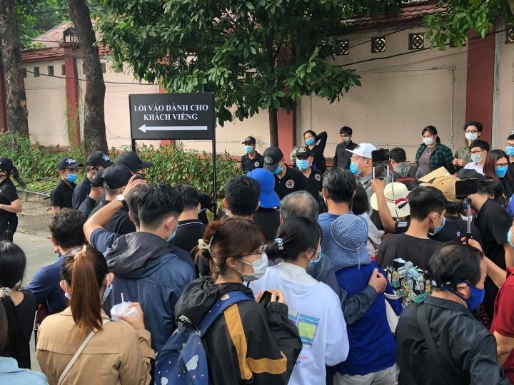 Hàng trăm người hâm mộ có mặt từ sớm tiễn đưa nghệ sĩ Chí Tài - 10