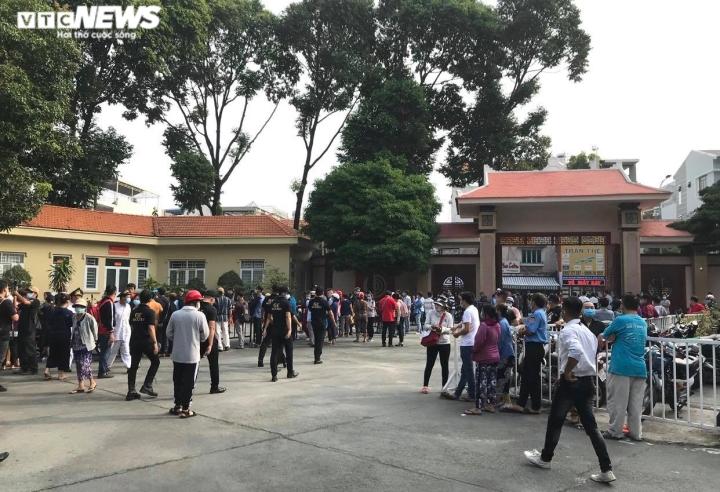 Hàng trăm người hâm mộ có mặt từ sớm tiễn đưa nghệ sĩ Chí Tài - 1