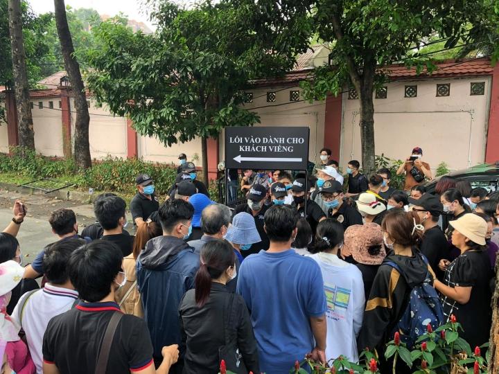 Hàng trăm người hâm mộ có mặt từ sớm tiễn đưa nghệ sĩ Chí Tài - 9