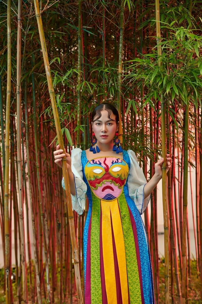 Hoa hậu Áo dài Tuyết Nga diện áo dài họa tiết mặt nạ tuồng - 6