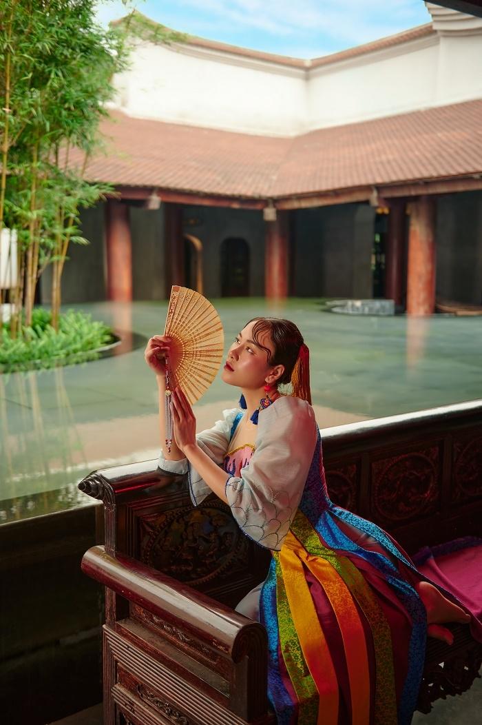 Hoa hậu Áo dài Tuyết Nga diện áo dài họa tiết mặt nạ tuồng - 7