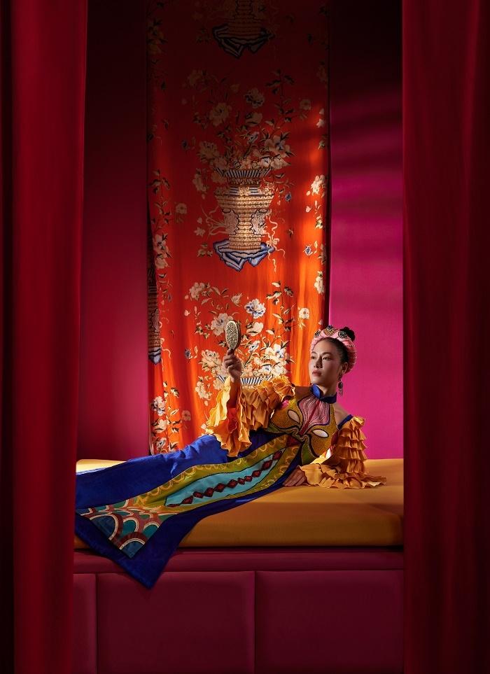 Hoa hậu Áo dài Tuyết Nga diện áo dài họa tiết mặt nạ tuồng - 4