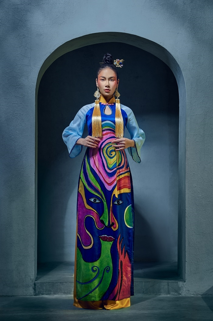 Hoa hậu Áo dài Tuyết Nga diện áo dài họa tiết mặt nạ tuồng - 1