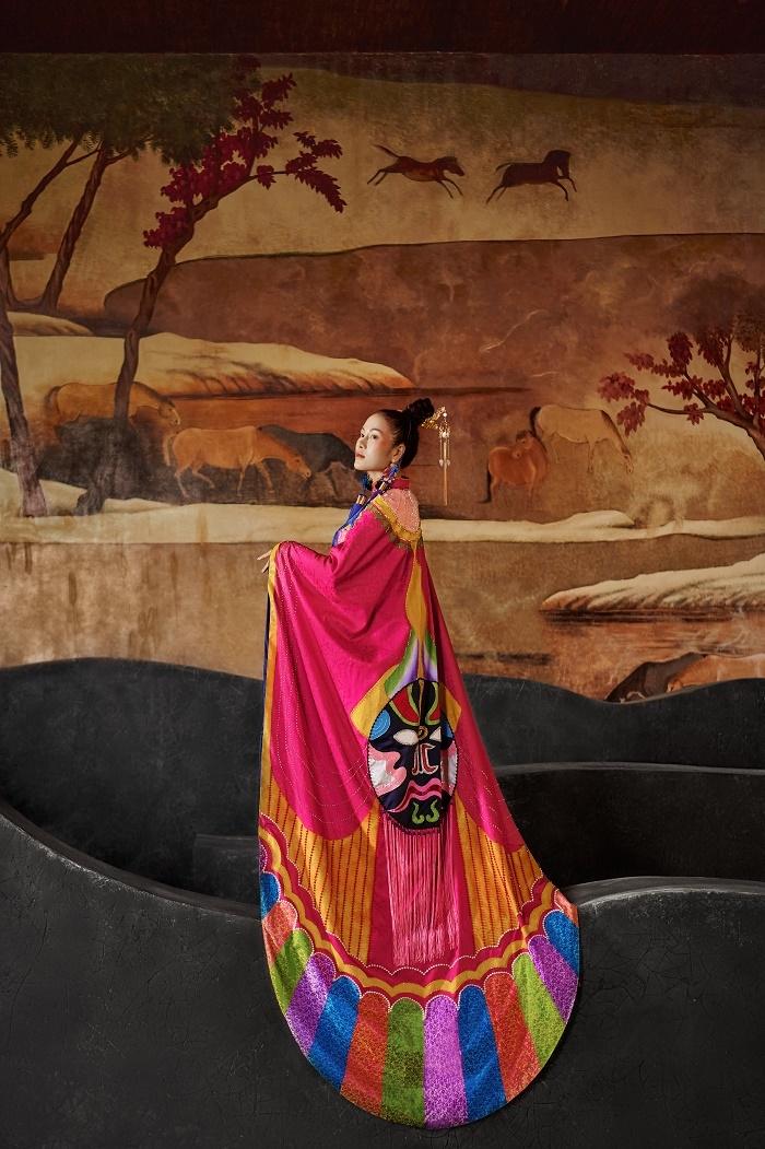 Hoa hậu Áo dài Tuyết Nga diện áo dài họa tiết mặt nạ tuồng - 3
