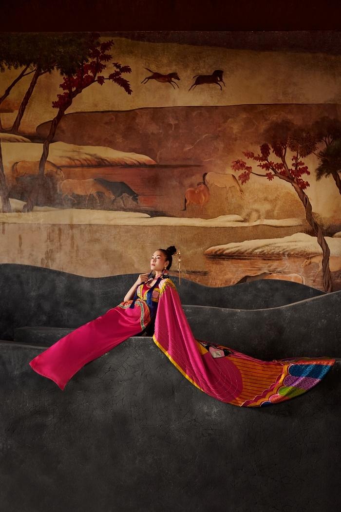 Hoa hậu Áo dài Tuyết Nga diện áo dài họa tiết mặt nạ tuồng - 2